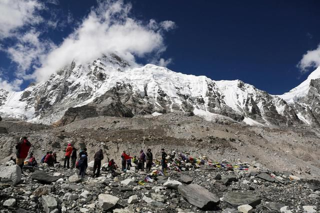 Mount Everest Glaciers Are Melting. And It's Exposing The Bodies Of Dead Climbers