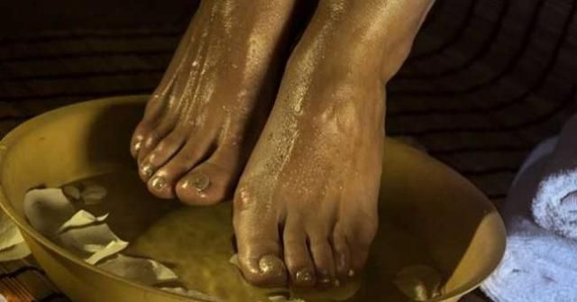 Soak Your Feet In Vinegar Once A Week To Treat 4 Conditions