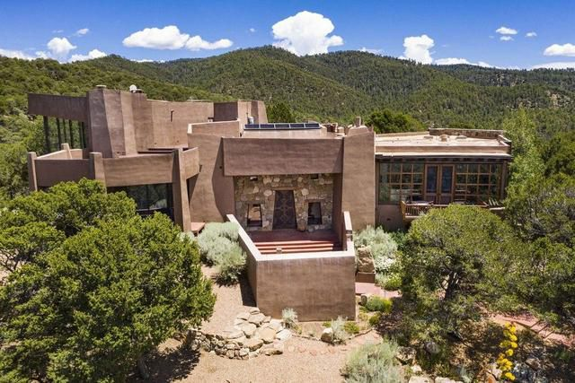 Inside an Iconoclastic Estate in the Santa Fe Foothills