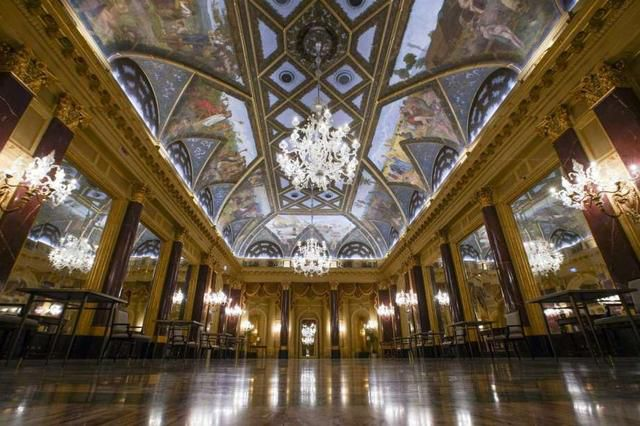 Grand but empty, Italian hotels await tourists