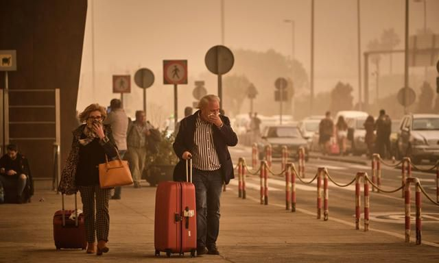 Massive sandstorm strands travelers in Canary Islands